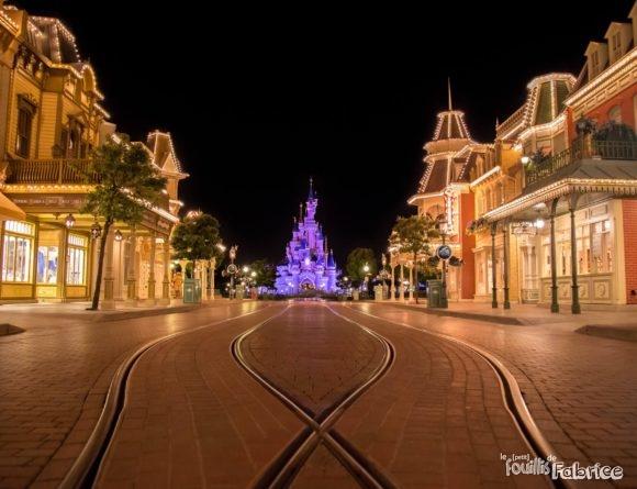 """23h30 - La rue de """"Main Street USA"""", déserte, la nuit à Disneyland Paris"""