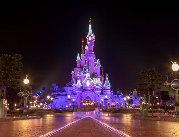 Le château de la Belle au Bois Dormant de Disneyland Paris, lors de la fermeture du parc, sans visiteur... et illuminé pour Noël !
